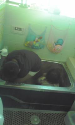 二人でお風呂洗いまチュウ